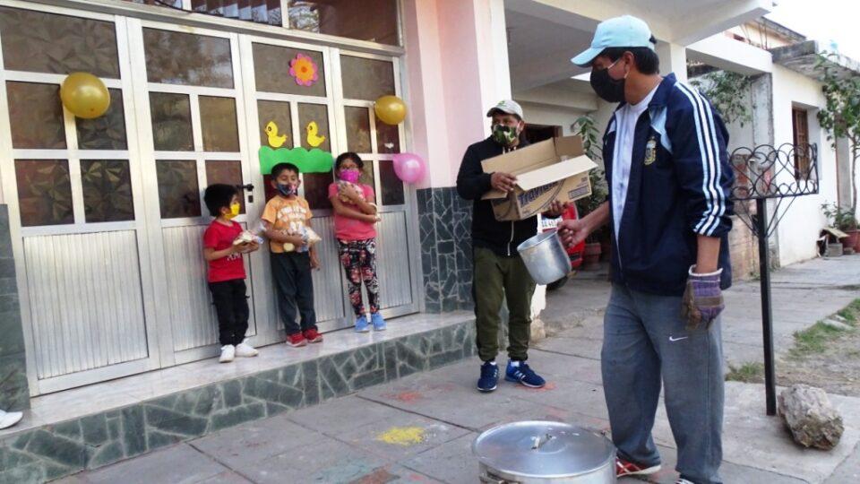 Vecinos de El Arenal llevaron chocolate a los niños del barrio y kit sanitario a adultos mayores